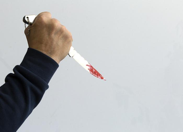 Рецидивист ударил девочку в шею канцелярским ножом