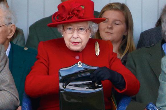 Стало известно, что Елизавета II хранит в сумочке