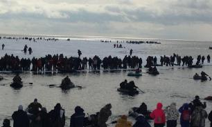 На Сахалине оторвало от берега льдину с 300 рыбаками