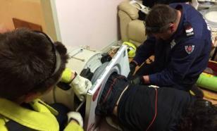 Чтобы вытащить 22-летнего сына из стиральной машинки, австралийская семья вызывала отряд пожарных