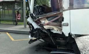 В Петербурге произошло столкновение автобуса и двух автомобилей