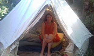 Девушка вынуждена жить в палатке из-за странной аллергии
