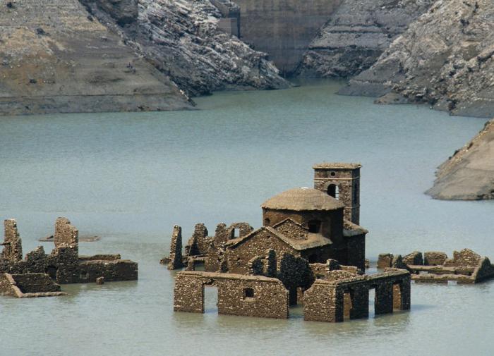В Италии восстановят средневековую деревню на дне озера