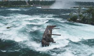 Шторм сдвинул судно в Канаде, которое застряло в скалах 100 лет назад