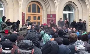 В Абхазии вышли на митинг сторонники президента республики