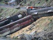 Грузовой поезд упал в каньон от удара о каменную глыбу