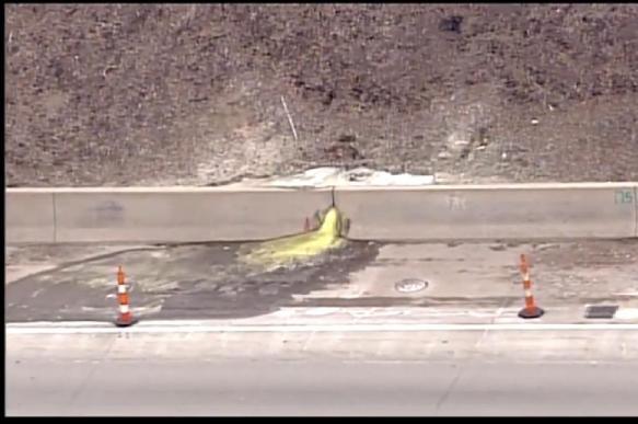 Канцерогенная слизь протекла на автостраду в Детройте