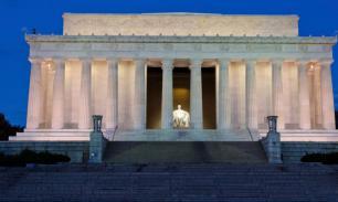 В США вандалы исписали ругательствами памятник Линкольну