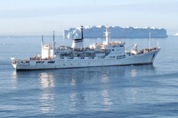 Исследовательские корабли ВМФ России встретились у берегов Антарктиды