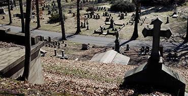 Памятник теще упал на зятя и убил его. ВИДЕО