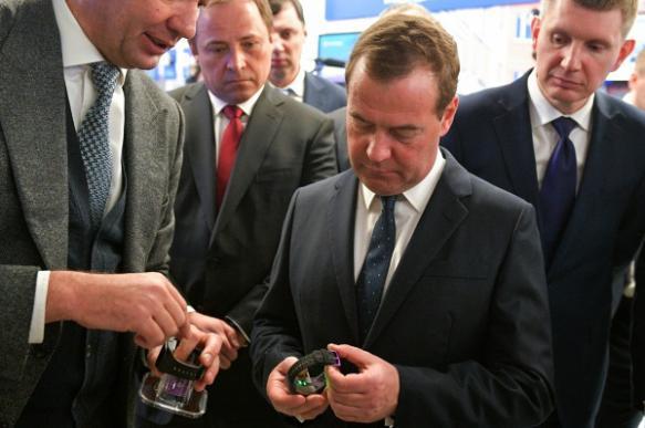 """Медведев примерил """"умные часы"""" российского производства"""