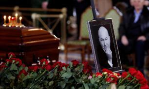 Жена Лужкова положила ему в гроб сверток