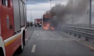 На мосту через Волгу загорелся туристический автобус