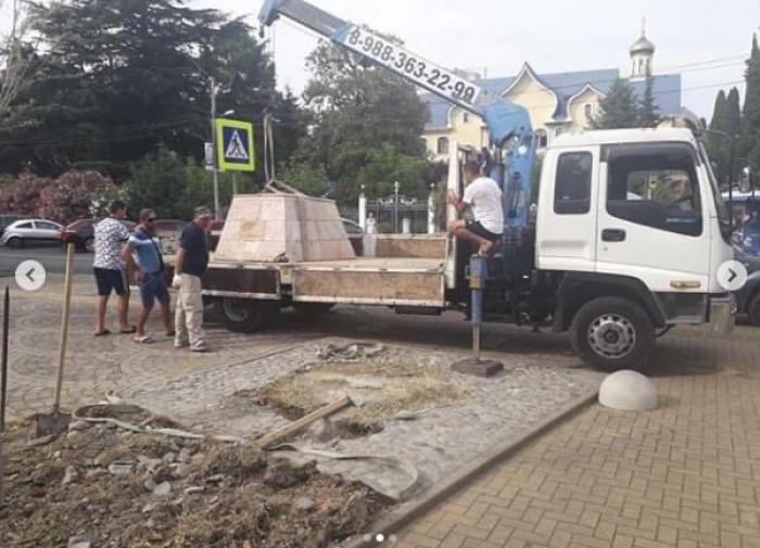 В Адлере снесли памятник русским солдатам