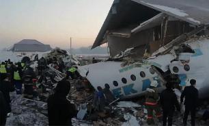 Пассажирский самолет рухнул в Алма-Ате. На борту было 100 человек