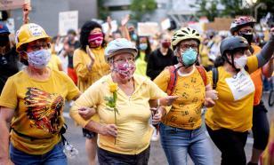 """""""Стена мамочек"""" защищает протестантов в американском Портленде"""