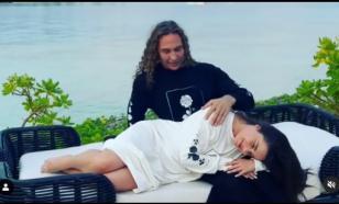 Королёва и Тарзан прогулялись по райскому пляжу в платьях
