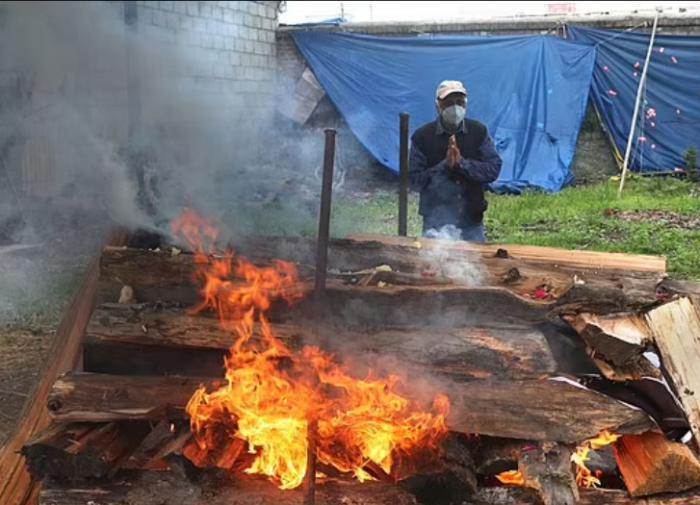 """Больная """"ковидом"""" 76-летняя индианка чудом избежала сожжения заживо"""