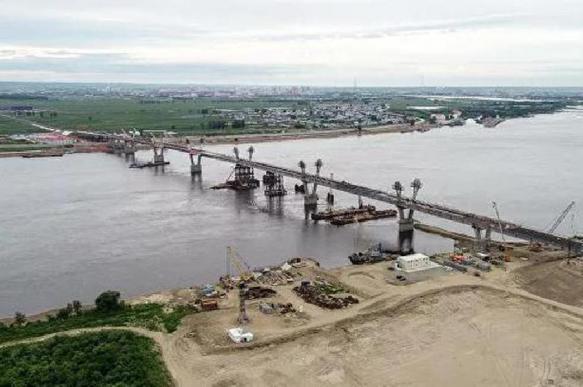 Трансграничный мост через Амур соединил Россию и Китай