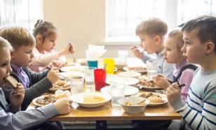 Российские школьники питаются в столовых бесплатно