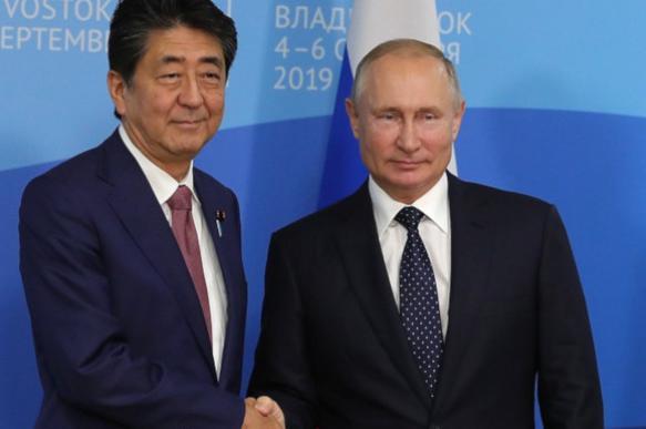 Абэ предложил Путину заключить мирный договор