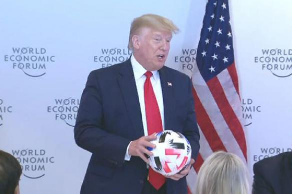 Президент ФИФА подарил Трампу футбольный мяч