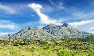 С Бали эвакуировали сто тысяч человек из-за вулкана
