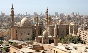 Египетский университет передумал отчислять студентку за объятия с женихом