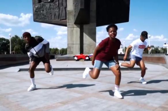 В Твери африканцы станцевали у памятника героям ВОВ