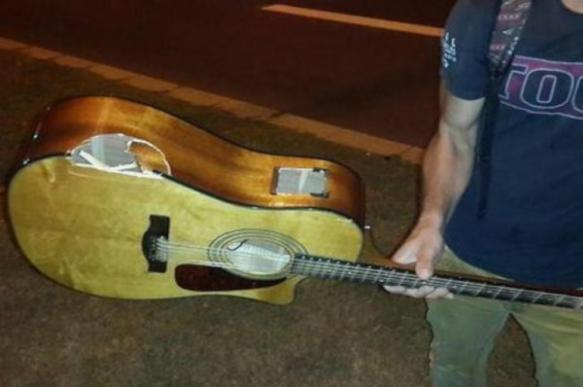На Украине уличному музыканту разбили гитару за песню на русском языке