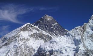 На вершине Эвереста обнаружили волокна пластика