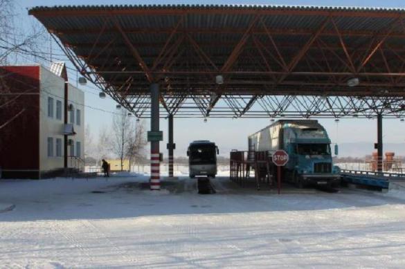Двое водителей, возивших грузы из Китая, попали в больницу в Приамурье