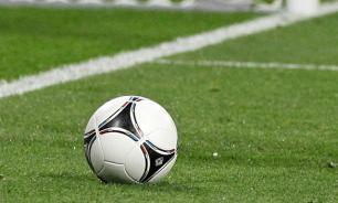 Арбитр удалил футболиста после случайного столкновения