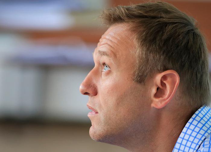 Навальный, спускаясь с лестницы: медленно, но верно восстанавливаюсь