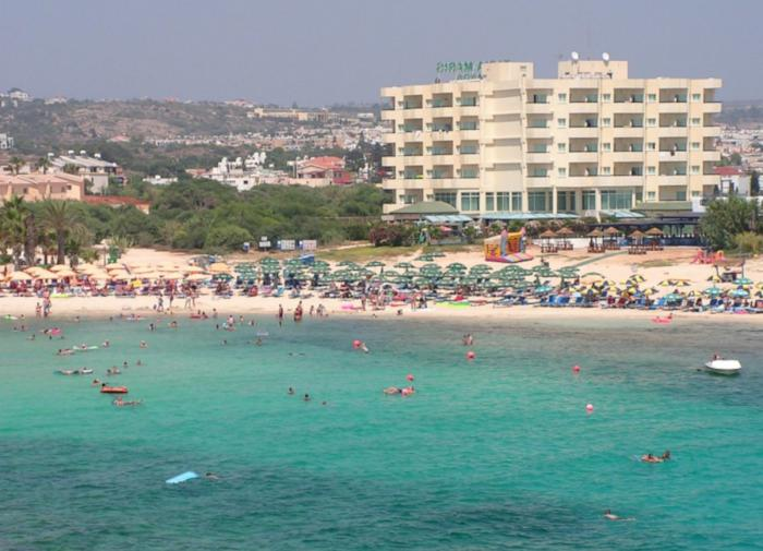 Отдыхающим на Кипре туристам разрешено выходить из отелей по СМС