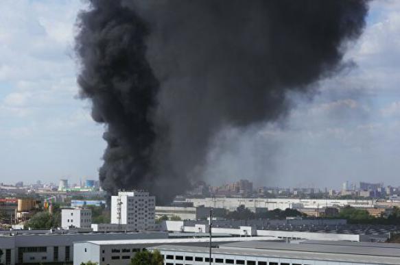 Сотрудники МЧС потушили пожар на складе на западе Москвы