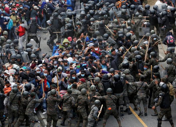 В Гватемале полиция дубинками разогнала мигрантов, направлявшихся в США