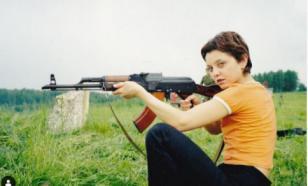 """Звезда сериала """"СашаТаня"""" показала, как умеет держать автомат"""