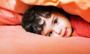 Ребёнок говорит во сне: опасно ли это и что делать родителям