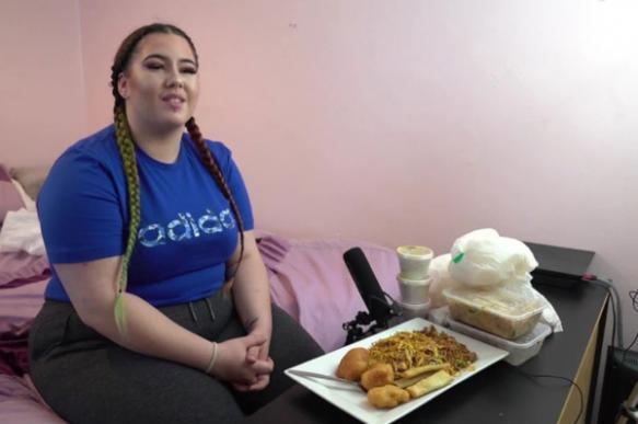 100-килограммовая девушка ушла с работы, чтобы объедаться перед камерой
