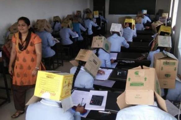 Индийские студенты сдавали экзамен с коробками на головах