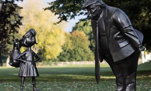 В Британии появилась статуя Трампа, угрожающего маленькой девочке