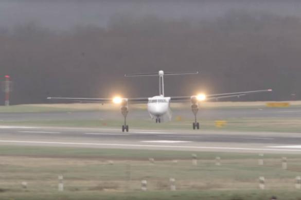 Не для всех: ураган-убийца вынудил пилотов садиться боком. Видео