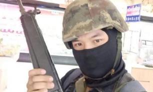 Военные привезли мать к стрелку, который убил 20 человек в Таиланде