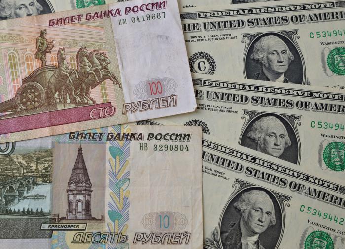 Эксперт назвал момент для обмена долларов на рубли
