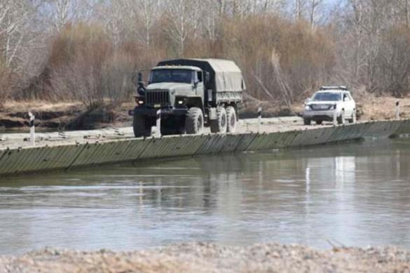 В Бурятии военные навели переправу для отрезанных водой поселков