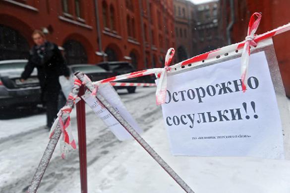 В Хакасии лед, упавший с крыши здания, чуть не убил ребенка