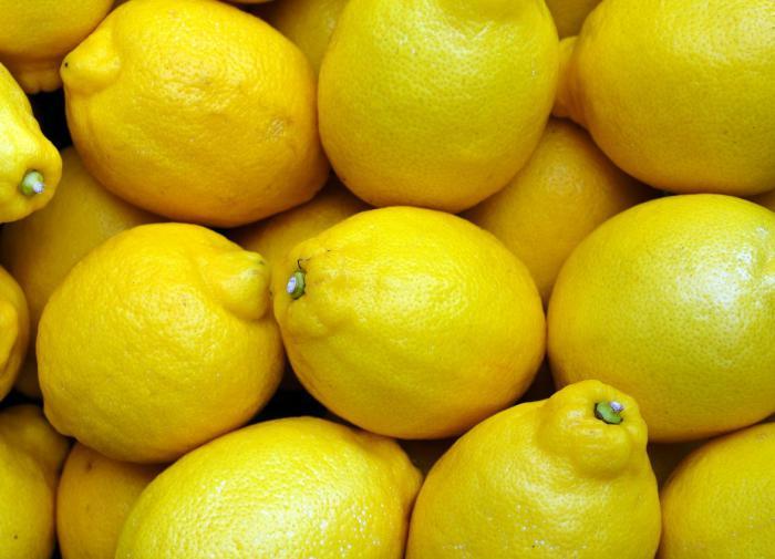 Врач рассказала, кому нельзя есть лимоны