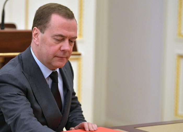 Медведев предложил давать лекарства по рецептам бесплатно