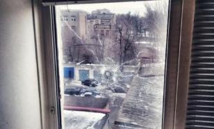 Пятый день по окнам многоэтажки стреляют. А полиция бездействует